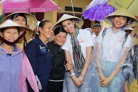 Hoa hau Pham Huong chay xe dap cho cu gia trong con mua dam - Anh 4