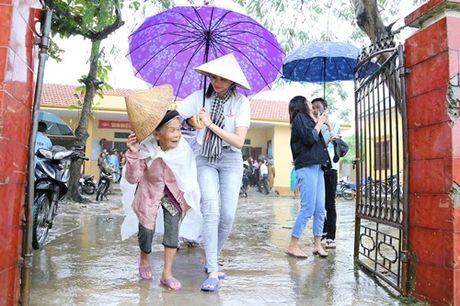 Hoa hau Pham Huong chay xe dap cho cu gia trong con mua dam - Anh 5