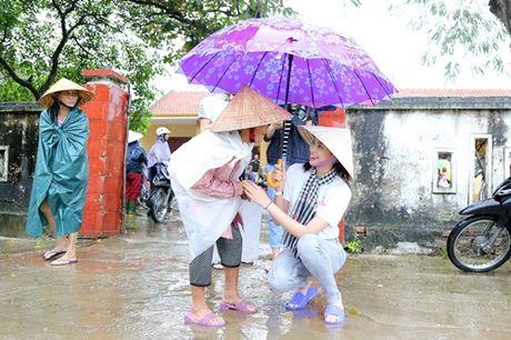 Hoa hau Pham Huong chay xe dap cho cu gia trong con mua dam - Anh 6