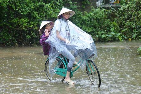Hoa hau Pham Huong chay xe dap cho cu gia trong con mua dam - Anh 7
