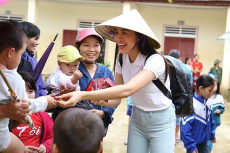 Hoa hau Pham Huong chay xe dap cho cu gia trong con mua dam - Anh 8