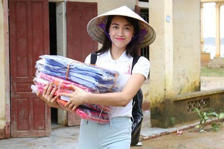 Hoa hau Pham Huong chay xe dap cho cu gia trong con mua dam - Anh 9