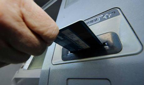 Truy to nhan vien an ninh san bay lam gia the ATM - Anh 1