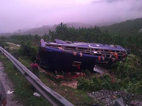 Quang Nam: Troi mua, xe khach lat trong dem, 16 nguoi thuong vong - Anh 1