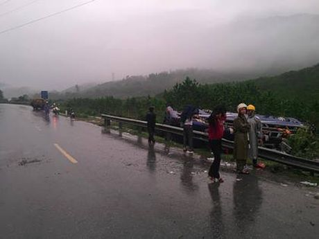 Quang Nam: Troi mua, xe khach lat trong dem, 16 nguoi thuong vong - Anh 2