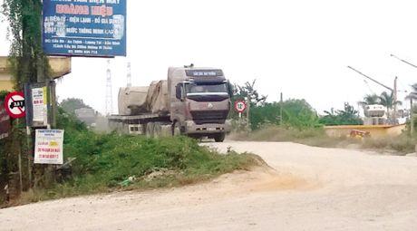 Bac Ninh: Xe tai trong lon tung hoanh tren de Kenh Vang - Anh 1