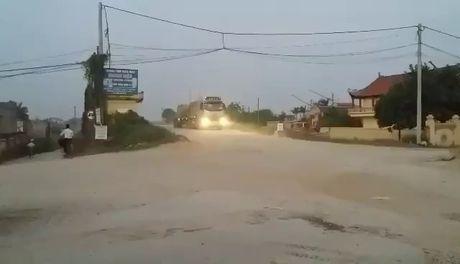 Bac Ninh: Xe tai trong lon tung hoanh tren de Kenh Vang - Anh 2