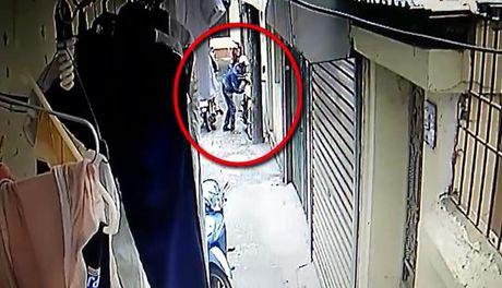 Hai thanh nien lieu linh vao tan ngo trom xe may - Anh 1