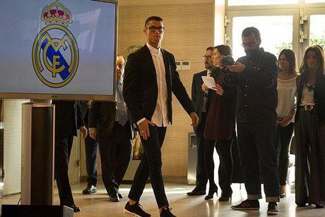 C.Ronaldo tiep tuc thu boi tien du da buoc sang tuoi 31 - Anh 2