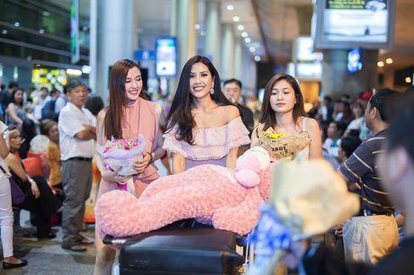 Top 20 Hoa hau Hoa binh quoc te Nguyen Thi Loan gay nao loan san bay luc nua dem - Anh 2