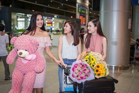Top 20 Hoa hau Hoa binh quoc te Nguyen Thi Loan gay nao loan san bay luc nua dem - Anh 3