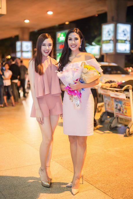 Top 20 Hoa hau Hoa binh quoc te Nguyen Thi Loan gay nao loan san bay luc nua dem - Anh 4