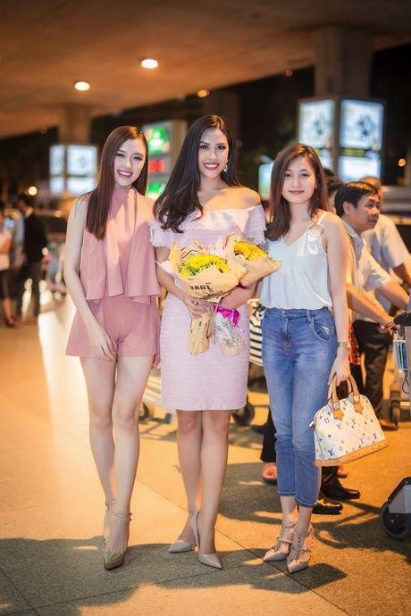 Top 20 Hoa hau Hoa binh quoc te Nguyen Thi Loan gay nao loan san bay luc nua dem - Anh 5