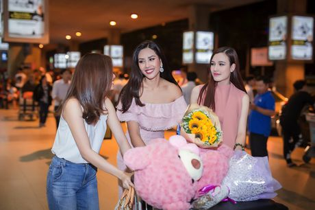 Top 20 Hoa hau Hoa binh quoc te Nguyen Thi Loan gay nao loan san bay luc nua dem - Anh 8