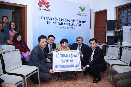 Huawei VN trao tang phong may tinh cho Trung tam Nghi Luc Song - Anh 1