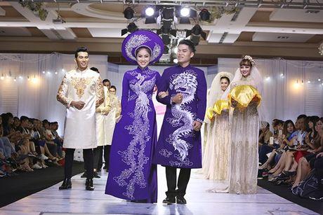 Nu hon ngoai kich ban cua Le Phuong va chong sap cuoi tren san catwalk - Anh 2