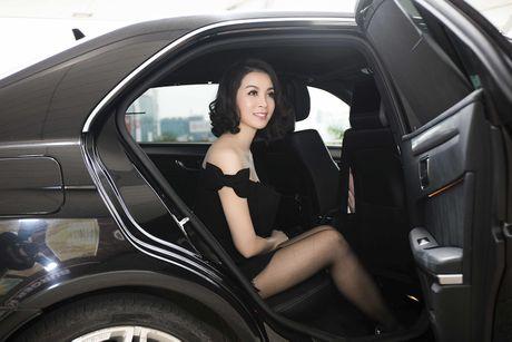 MC Thanh Mai dien dam tre vai quyen ru o san bay - Anh 1