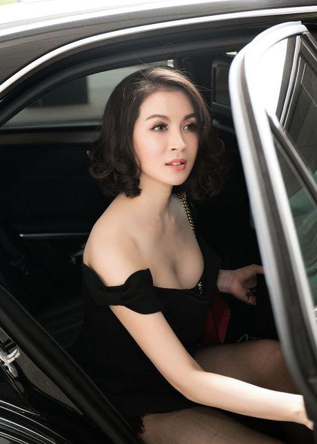 MC Thanh Mai dien dam tre vai quyen ru o san bay - Anh 2