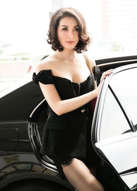 MC Thanh Mai dien dam tre vai quyen ru o san bay - Anh 3