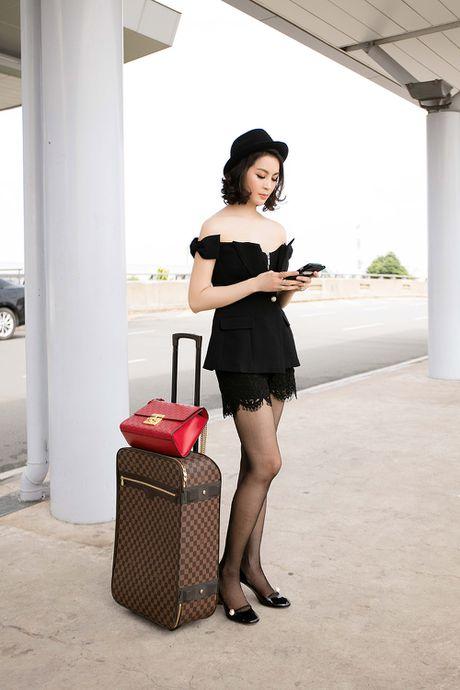 MC Thanh Mai dien dam tre vai quyen ru o san bay - Anh 4