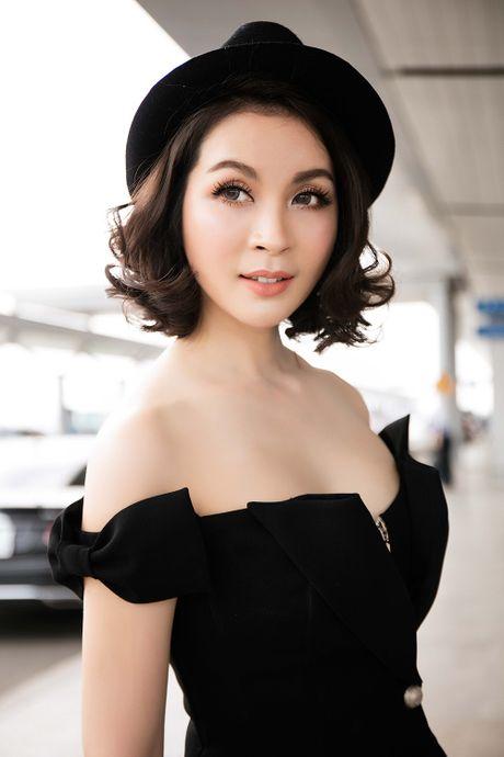 MC Thanh Mai dien dam tre vai quyen ru o san bay - Anh 8