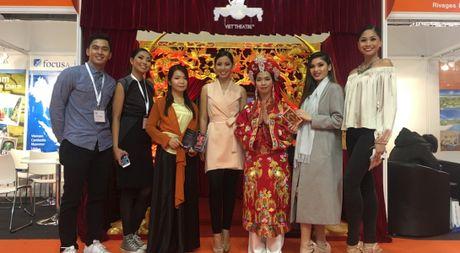 Dao dien Viet Tu dua vo dien hau dong Tu Phu sang Anh - Anh 1