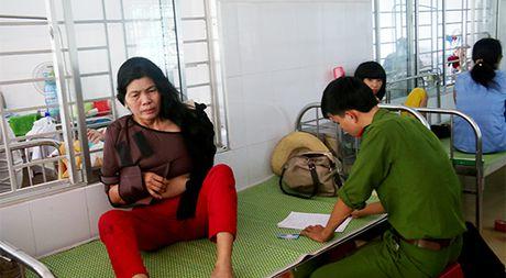 Lat xe khach o Quang Nam: Gao khoc tim con trong dem - Anh 2
