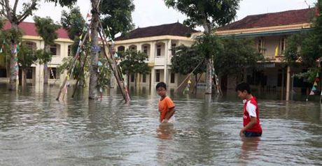 Mua lon, 2.500 hoc sinh Ha Tinh phai nghi hoc - Anh 1