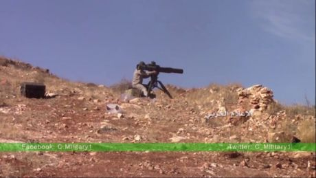 Binh si Syria phong ten lua thieu chay xe vu khi phien quan - Anh 1