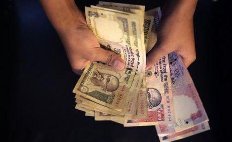 An Do thu hoi tien menh gia 500 va 1.000 rupee nham chong tham nhung - Anh 1