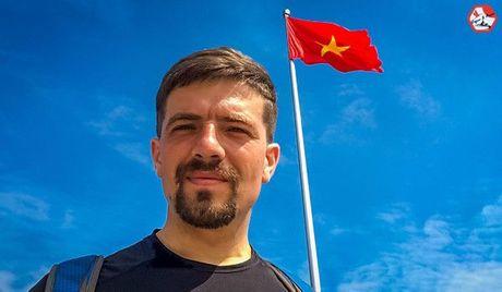Chang trai nguoi Nga dap xe vong quanh chau A da den Vinh - Anh 1