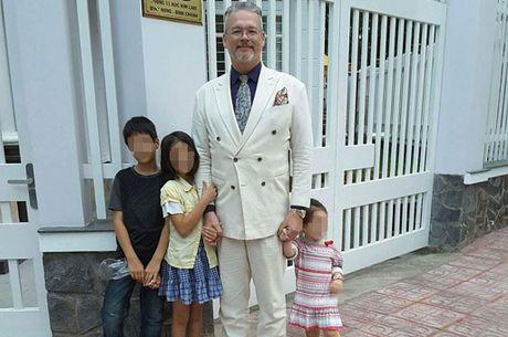 Ong Tay lay vo Viet co bay dua con: Khan nai vi hon nhan bat hanh - Anh 1