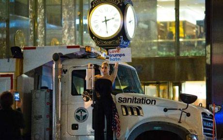 Lady Gaga bieu tinh ben ngoai toa nha cua Donald Trump - Anh 1