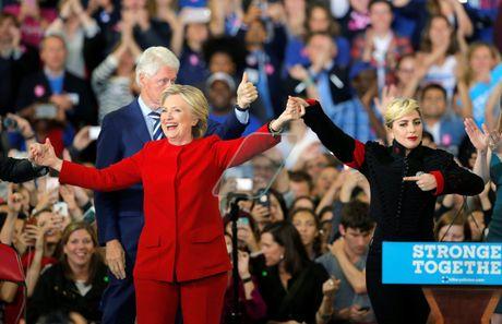 Lady Gaga bieu tinh ben ngoai toa nha cua Donald Trump - Anh 3