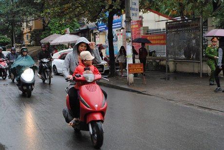 Hoc sinh Ha Noi co ro den truong trong mua ret 15 do - Anh 14