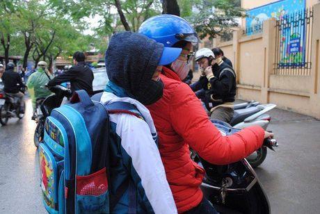 Hoc sinh Ha Noi co ro den truong trong mua ret 15 do - Anh 3