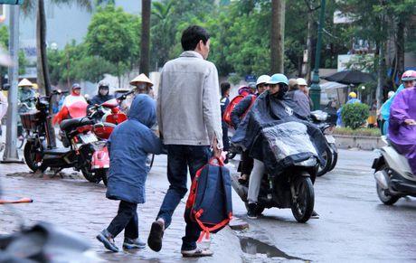 Hoc sinh Ha Noi co ro den truong trong mua ret 15 do - Anh 6