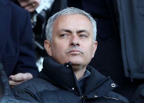 Mourinho cau tiet muon duoi doi ngu bac sy MU - Anh 1