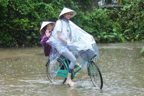 Hoa hau Pham Huong di dep le, dap xe trao qua tu thien o mien Trung - Anh 2