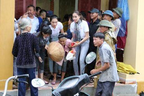 Hoa hau Pham Huong di dep le, dap xe trao qua tu thien o mien Trung - Anh 3