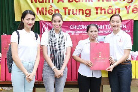 Hoa hau Pham Huong di dep le, dap xe trao qua tu thien o mien Trung - Anh 7