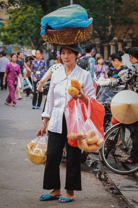 Muon neo nhoc nhan nghe ban hang rong o Ha Noi - Anh 3