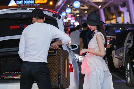 Angela Phuong Trinh mac khong ho van hut hon o san bay - Anh 6