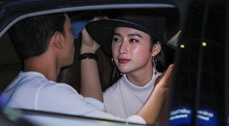 Angela Phuong Trinh mac khong ho van hut hon o san bay - Anh 7
