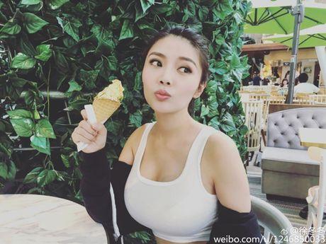 Ve nong bong cua hot girl TQ dinh scandal 'di khach' - Anh 1