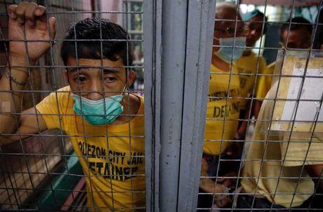 Canh chen chuc trong nha tu Philippines 'qua tai' - Anh 13