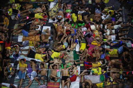 Canh chen chuc trong nha tu Philippines 'qua tai' - Anh 1