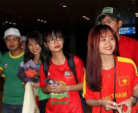 DTVN bi fan Can Tho bua vay khi vua toi san bay - Anh 1