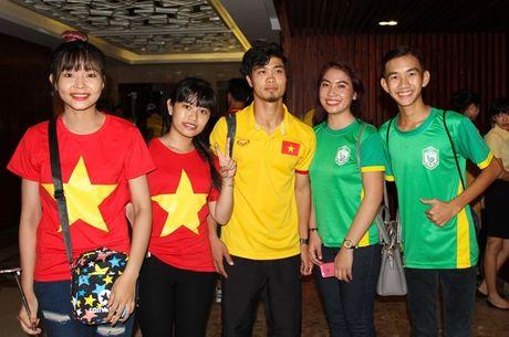 DTVN bi fan Can Tho bua vay khi vua toi san bay - Anh 2