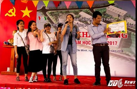 Hot girl CD Phat thanh - Truyen hinh khien bao chang trai me man - Anh 4